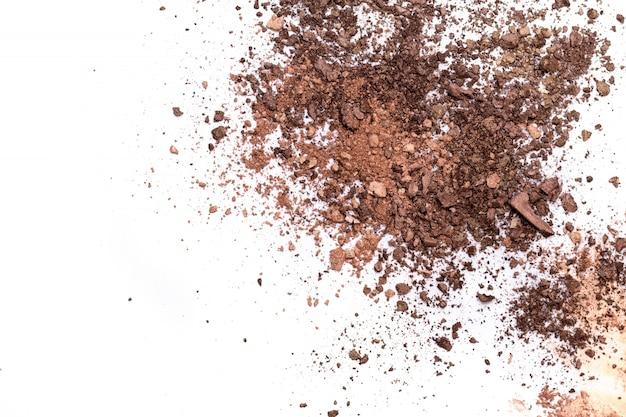 分離された深い茶色のしわくちゃのアイシャドウ