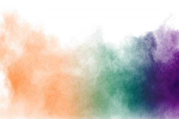 Разноцветный порошок взрыв на белом фоне.