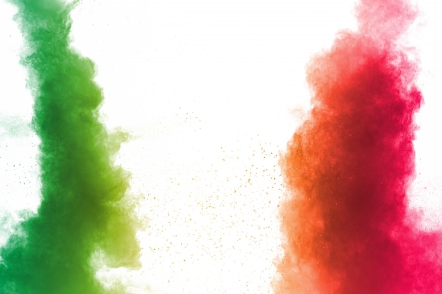 Красочный взрыв порошка на белом фоне