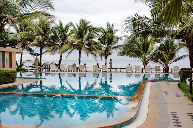 Бассейн на тропическом курорте около моря в таиланде.