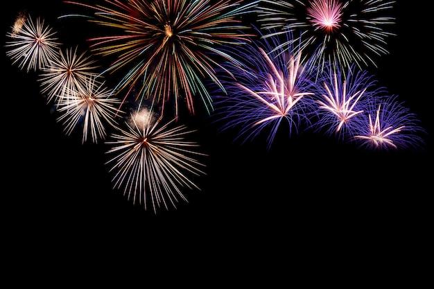 テキストの空き領域を持つ抽象的な色花火の背景。