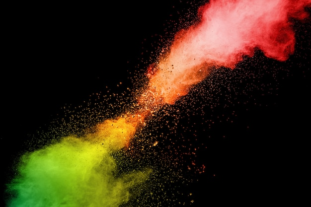 白い背景の上の抽象的な赤オレンジ色の粉体爆発。