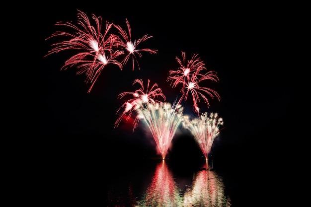 夜にカラフルな花火