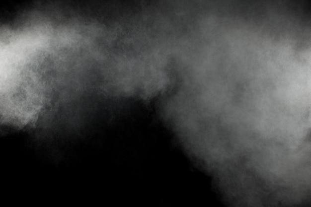黒の背景に抽象的な白い粉の爆発