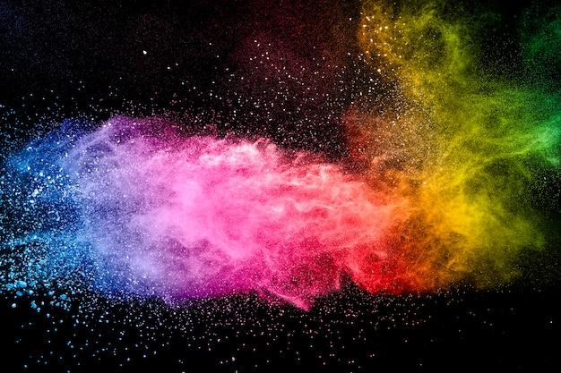 抽象的な多色パウダー爆発黒背景。