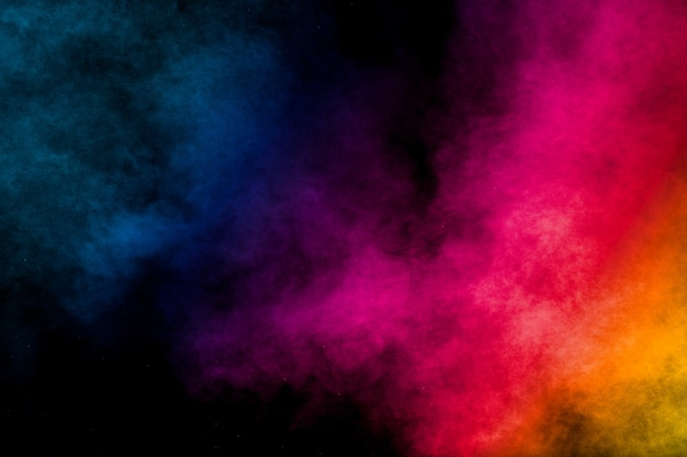 Красочный взрыв пыли на черном фоне