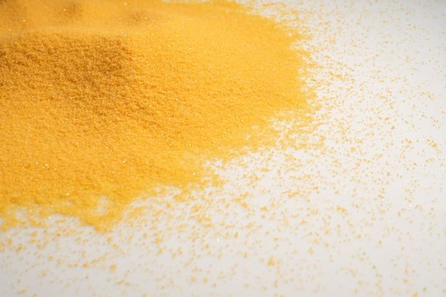 Куча желтый сухой песок пустыни на белом фоне