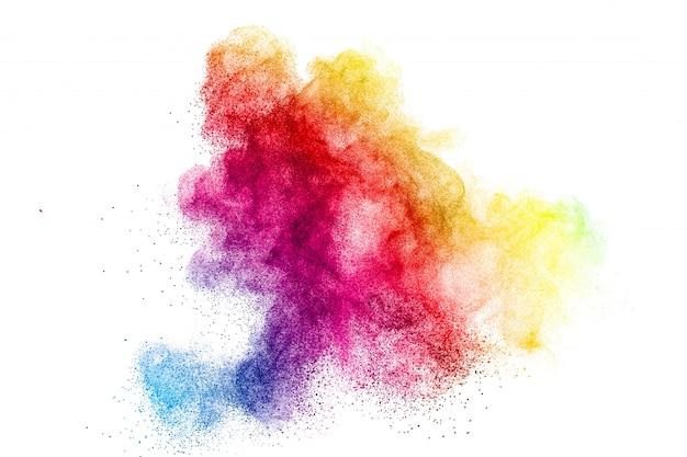 白い壁にカラフルなダスト粒子の動きを凍結します。抽象的なパステルカラーパウダーオーバーレイテクスチャ。
