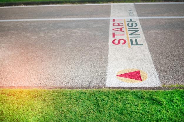 Покрашенная старт или финишная линия по трассе в парке