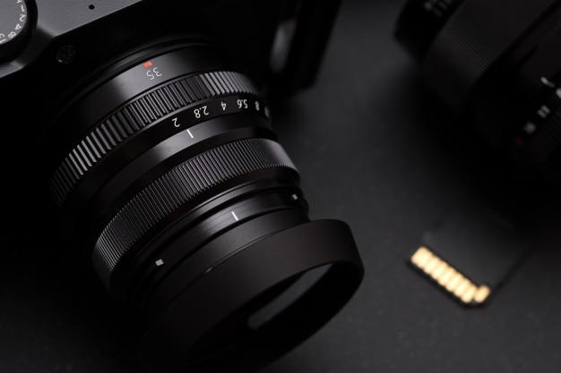 Урожай зеркальная камера, концепция фотографа. селективный фокус на объективе