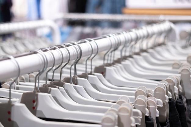衣料品店、洋服が棚に掛かっています