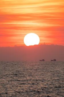 海の上の美しい夕日