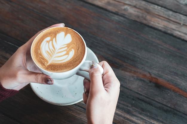 Чашка кофе на завтрак под рукой