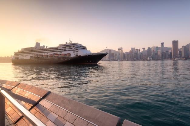 朝の香港湾のヨットのビュー