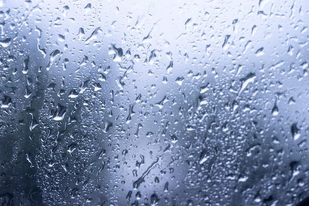 窓ガラスの表面に雨粒