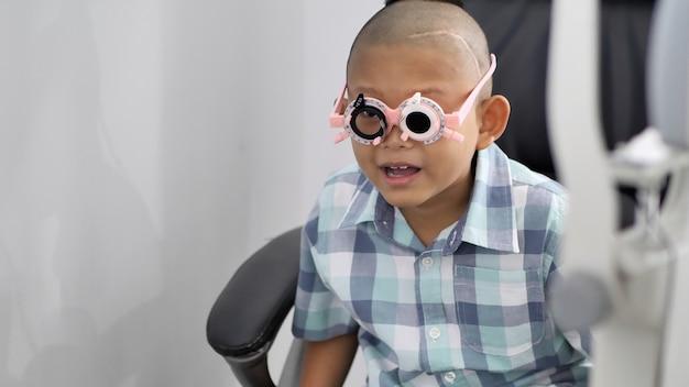 視力検査。視力障害を持つアジアの男の子