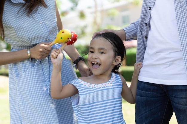 クローズアップハッピーアジアの女の子の顔。庭の家族