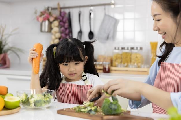 母と娘のカット野菜のクローズアップ