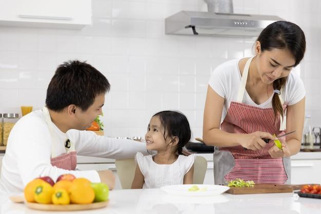 キッチンで食事を準備する家族