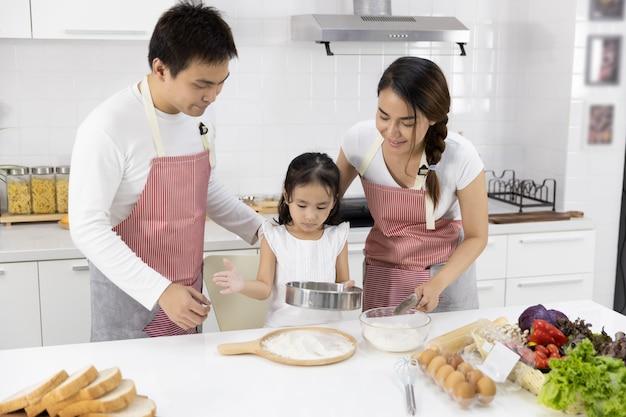 家族は小麦粉をふるいにかけています