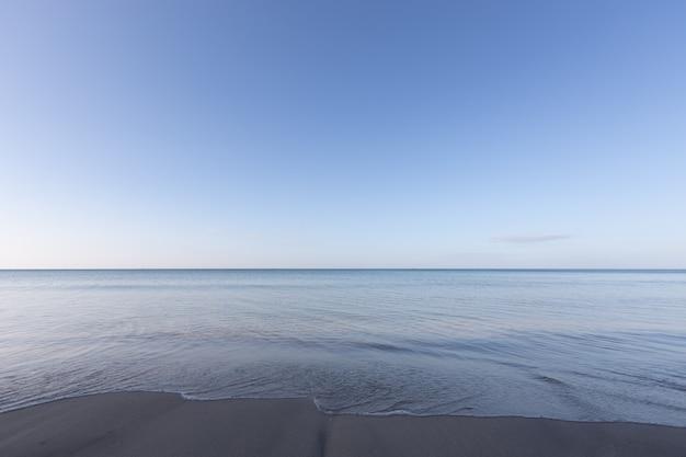 Фон на пляже утром чистое небо с копией пространства
