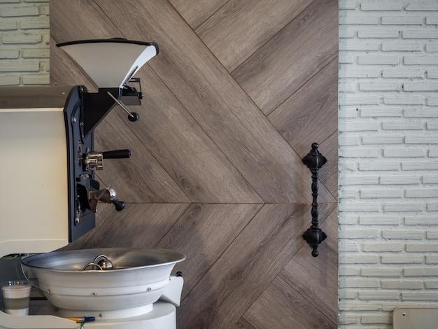 木製の壁にコーヒーロースター