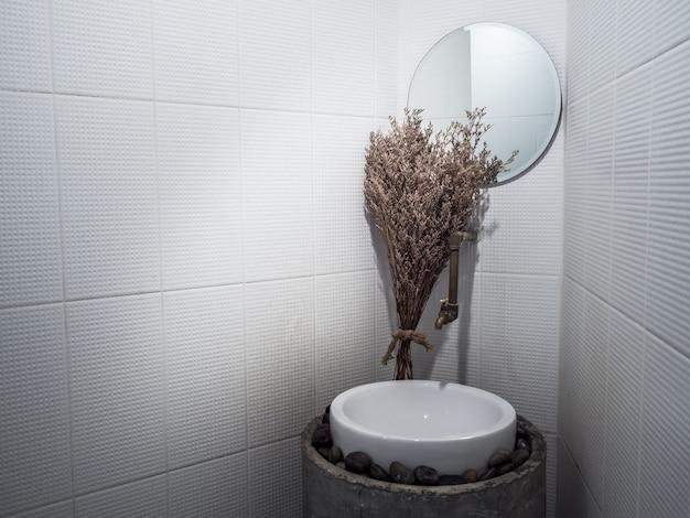 Отделка ванной комнаты узкими пространствами.