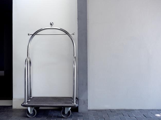 空のシルバークロームの高級ホテルの荷物のトロリーカート