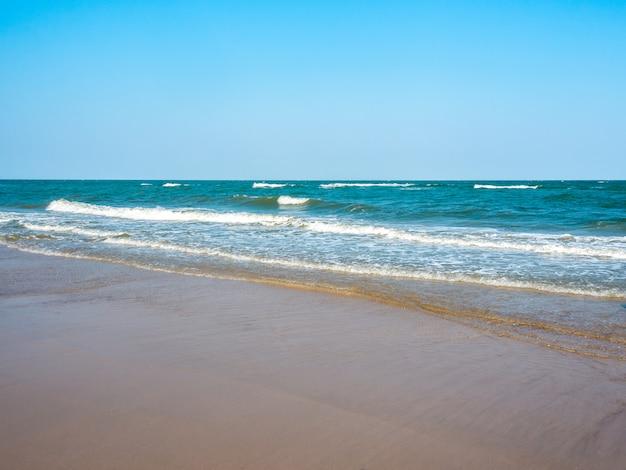 Морской пейзаж морских волн, разбивающихся о берег