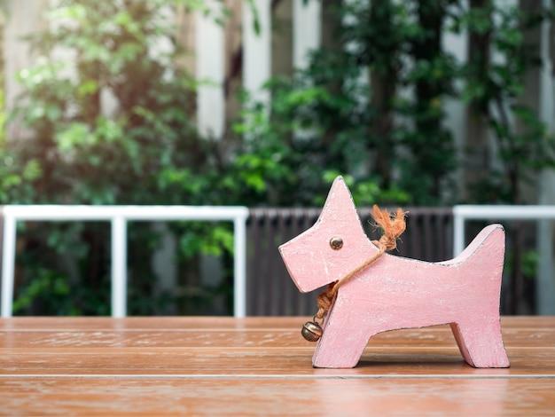 Милая розовая собака деревянная кукла.