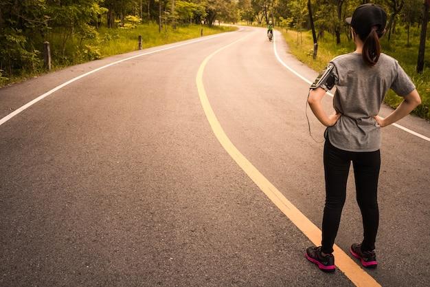 健康のためにジョギングする女性、概念健康愛。