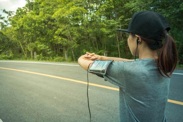 健康増進のためにジョギングする女性、コンセプトヘルス愛。