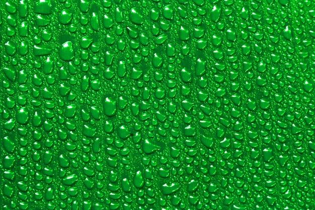 緑のバナナの葉の背景に水滴。