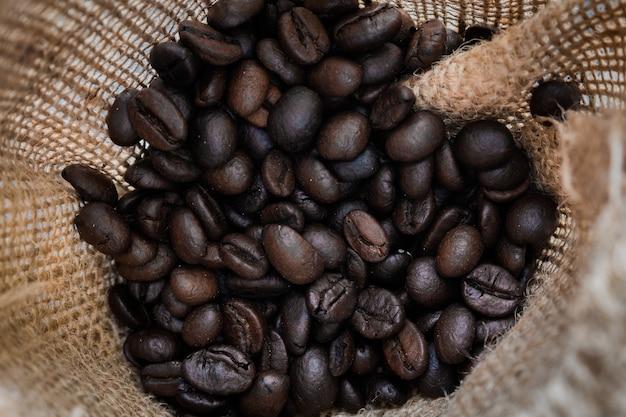 黒いコーヒーが閉じます。