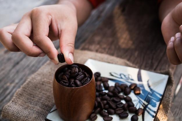 子供は醸造コーヒーを練習する。