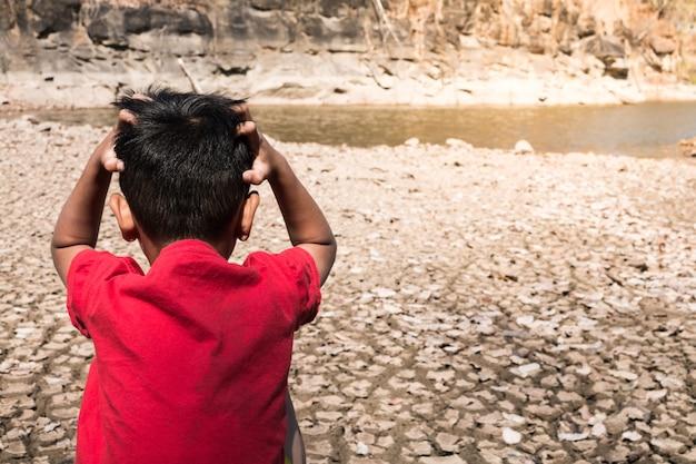 子供たちがストレスを感じ、乾燥したコンセプトの干ばつ。