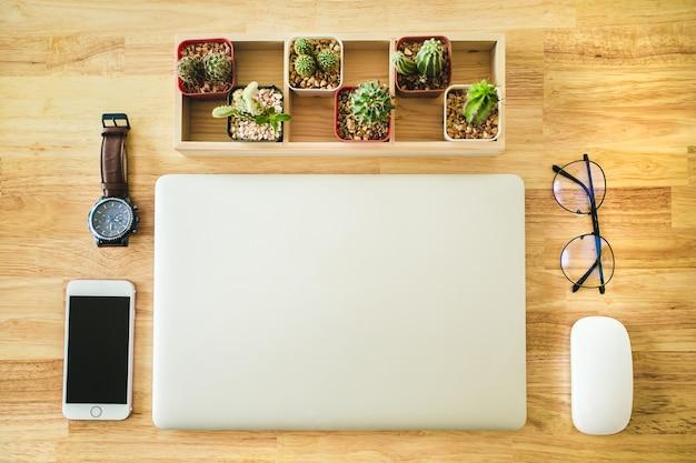 Стол офисный деревянный с компьютером, смартфон