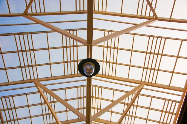 澄んだ空の背景を持つ建物のガラス屋根。