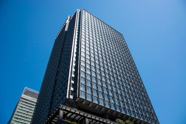 ガラスのファサードを備えた現代のオフィスビル