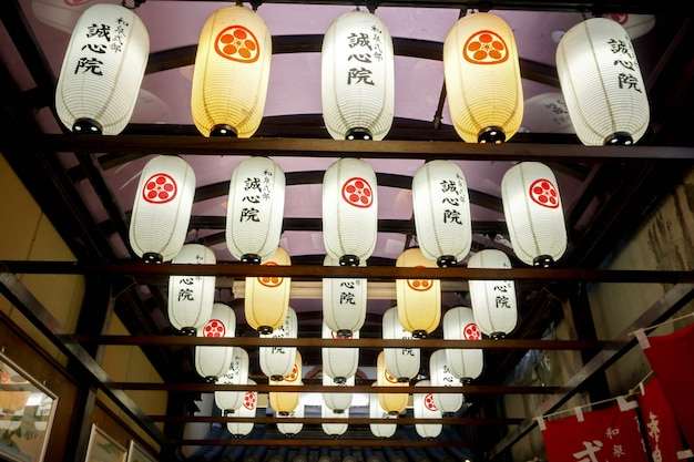 Японские декоративные бумажные фонари, висящие на потолке торгового рынка в осаке