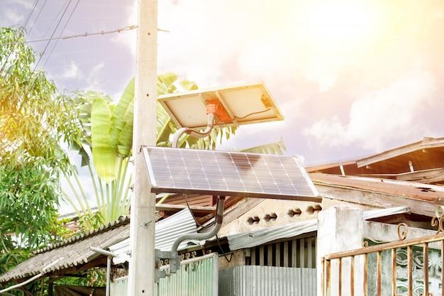 家庭用ソーラーパネル。現在、タイの人々は、太陽電池を使用してより多くの電力を使用することにより、家庭の電気を節約する技術に興味を持っています。