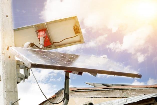 家庭用のソーラーパネルのクローズアップ。現在、タイの人々は、太陽電池を使用してより多くの電力を使用することにより、家庭の電気を節約する技術に興味を持っています。