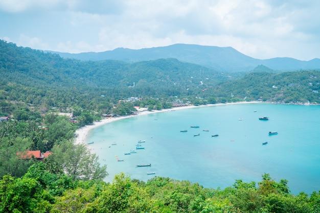 夏のシーズンに明るい日とタイのビーチで海の景色の眺め。