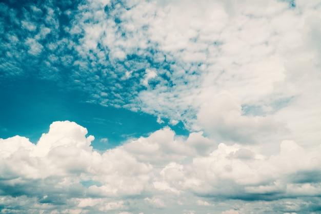 青い空と明るい日に雲。