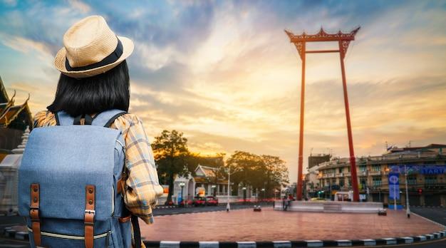 アジアの女性のバックパック旅行の都市、休日の概念の旅。