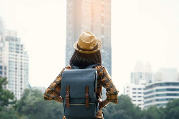 アジアの女性のバックパッキング都市、休日の概念の旅の旅を開始します。