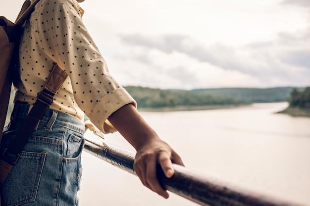 湖を観察する若い女性