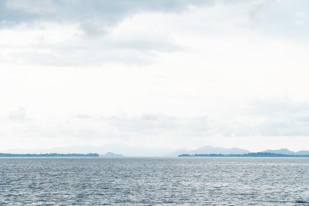 Вид на морской пейзаж в пароме с ярким днем на летний сезон