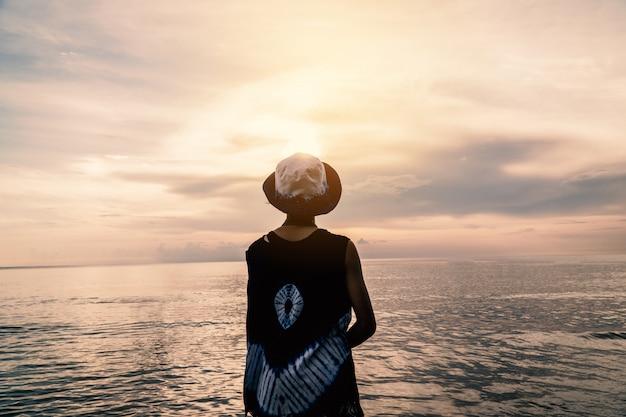 海と休日のカントー旅行コンセプトで休む少女