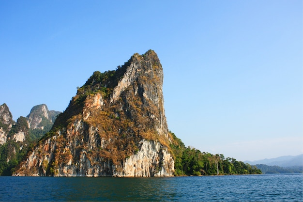 タイの丘の近くの山と川のあるダムの風景